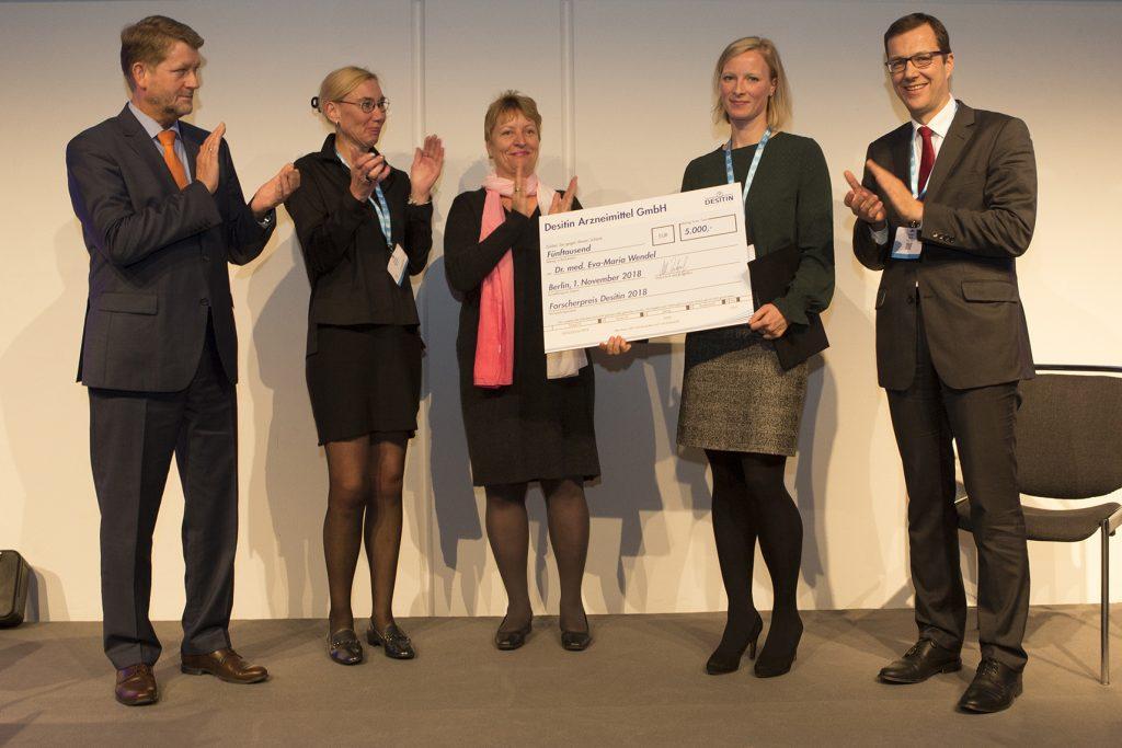 Verleihung Wissenschaftspreis der GNP 2018 an Fr. Dr. Eva-Maria Wendel (2.v.r.); Prof. Dr. Ulrike Schara (Präsidentin GNP, 2.v.l.), Prof. Dr. Volker Mall (Tagungspräsident, rechts), Sonja Walther (Mtte) und Dr. Ulrich Hornung (links, beide DESITIN Arzneimittel GmbH) gratulieren.